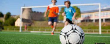 قائد فريق كرة القدم في مدرستك