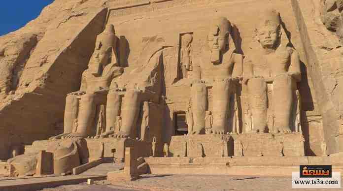 معبد فرعوني شهير يطل على بحيرة ناصر، تعتبره اليونسكو أحد مناطق التراث العالمي، نُقل من مكانه الأصلي عقب بناء السد العالي.