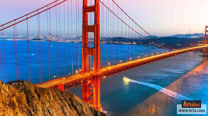 جسر شهير يتميز بلونه البرتقالي، انتهى إنشاؤه في 1937، ويعتبر معلمًا ثقافيًا وتاريخيًا في بلاده.