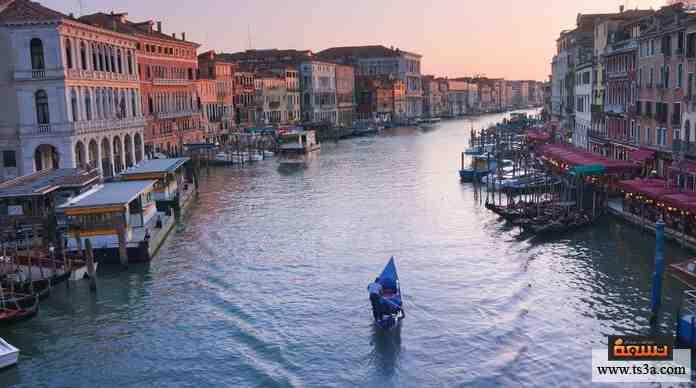 مدينة أوروبية شهيرة، تتميز بكون شوارعها ممرات مائية يمكن التنقل فيها عن طريق المراكب ذات المجاديف، كانت مركزًا تجاريًا هامًا في ما سبق.