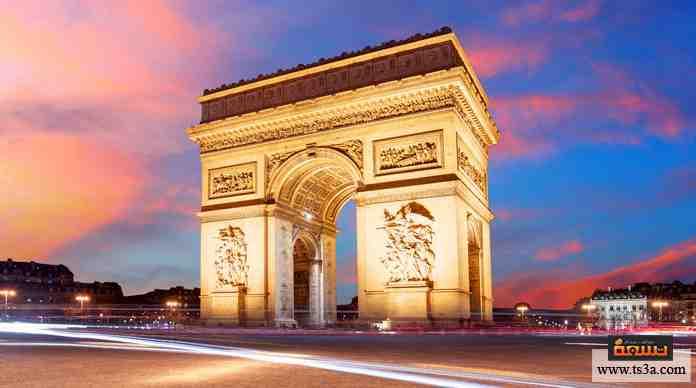 معلم تاريخي أمر ببناءه الامبراطور الفرنسي نابليون احتفالاً بانتصارات الأمة الفرنسية، انتهى بناؤه في 1836.