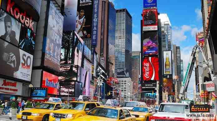 ميدان شهير جدًا، سمي لوجود مقر صحيفة عريقة به، ويقصده ملايين السياح حول العالم كل عام، تقام فيه احتفالات برأس السنة.
