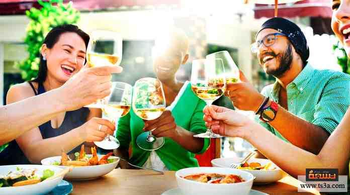 عندما تخرج مع أصدقائك في مكان لتناول الطعام أو الشراب، وعندما يأتي موعد الحساب ...