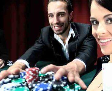 لعب البوكر