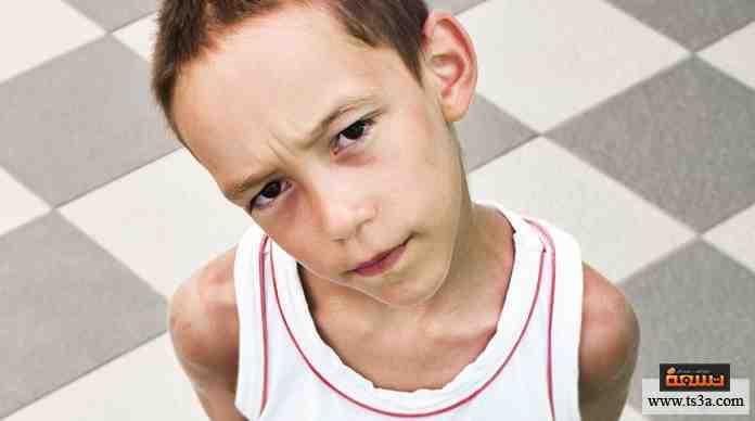 يأتي طفل صغير ليسألك عن الوقت في الشارع، وتلاحظ أنه صغير السن وليس بصحبة والديه، ماذا تفعل؟