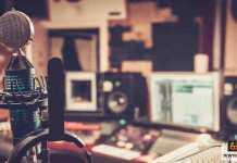 مذيع راديو