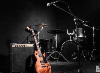 صناعة الآلات الموسيقية