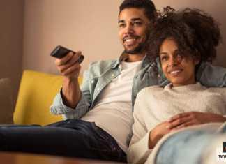 مشاهدة التلفزيون مع الزوجة