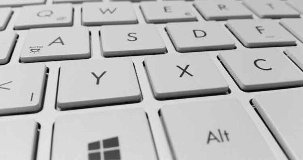 تنظيف لوحة مفاتيح الكمبيوتر